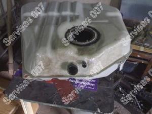 Stiklo audiniu ir epoksidine derva padengtas kuro bakas