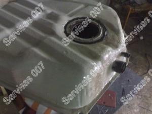 Stiklo audiniu ir epoksidine derva padengtas kuro bakas iš arčiau.