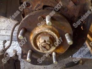 Stupica ant kurios dedasi stabdžių diskas, apsinešusi rūdimis