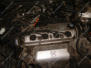 Honda Accord variklio skyrius kuriam montuojama Flashlube vožtuvų tepimo sistema