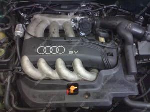 Audi variklio skyrius kur dujiniai purkštukai slepiasi po dengiančiom plastmasėm