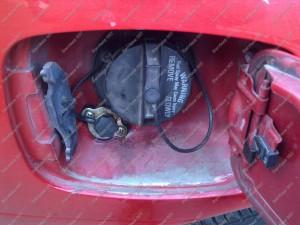 Dujų pildymas po benzino užpylimo dangteliu, greta benzino užpylimo