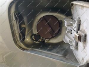 Dujų užpylimas prie benzino užpylimo Mitsubishi Galant automobilyje