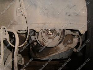 Pasikėle automobilį nuimame apsaugas dengiančias apatinį škivą, bei atsukame jo varžtą.