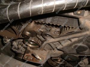Toyota D-4D - nuimame paskirstymo diržo apsaugas ir atsukame variklio pagalvę