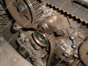 Atsukame ir nuimame D-4D variklio hidraulinį įtempėja, tuomet nuimsime visus guolius ir paskirstymo diržą