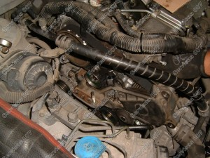 Toyota D-4D paskirstymo diržo uždėjimas ir surinkimo proceso pradžia.