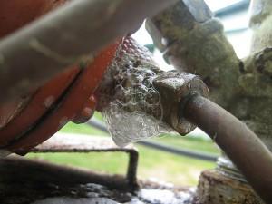 Dujų nuotėkio suradimas naudojant muiluotą vandenį