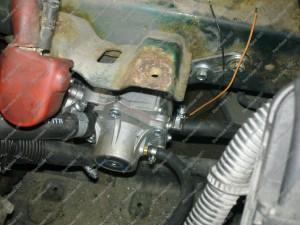 Dujų reduktorius SHARK 1500 Mitsubishi Galant variklio skyriuje, žemiau akumuliatoriaus