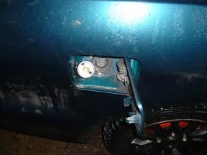 Dujų pildymas su įsuktu prailgijimu prieš pilant dujas Mitsubishi Galant automobilyje