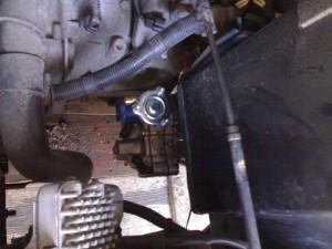 Tomasetto AT 09 dujų reduktorius tvirtinamas po Mitsubishi Galant akumuliatoriaus dėže