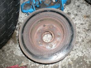 Senieji Nissan Xtrail stabdžių diskai, aprūdiję ir netolygiai nusidėvėję;