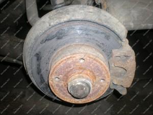 Galinių stabdžių vaizdas Audi 80 B4 automobilyje prieš juos sutvarkant;