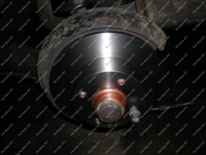 Ant nušveistos ir suteptos stebulės dedami nauji Lemforder stabdžių diskai;