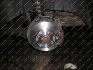 Galutinis sutvarkytų stabdžių Audi 80 automobilije vaizdas