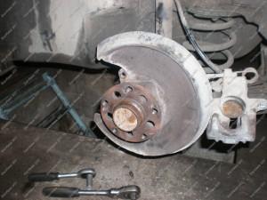 Galinė Audi A6 stebulė prieš ją nušveičiant ir dedant naujus stabdžių diskus;