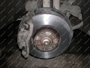 Nutekinti stabdžių diskai kartu su naujomis stabdžių kaladėlėmis - Audi A6 2007 metų;