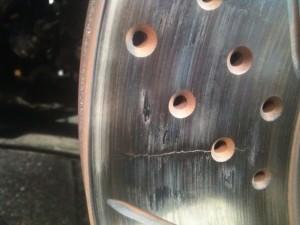 Trūkęs stabdžių diskas nuo perkaitinimo - tokio tekinti negali, tik keisti nauju;