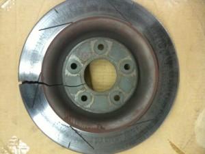 Perkaitintas ir skilęs stabdžių diskas