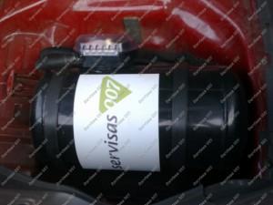 Mitsubishi Eclipse bagažinės ertmėje sumontuotas cilindrinis dujų balionas;