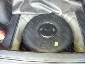 Nestandartinis dujų balionas vietoje atsarginio rato - didelio diametro bet nedidelio aukščio Honda CRV automobilyje;