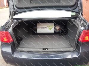 Cilindrinis dujų balionas bagažinės gale;