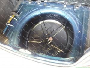 Automobillio bagažinė padengiama antikorozine danga prieš tvirtinant dujų balioną;