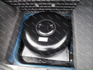 Dujų balionas Jaguar automobilyje padėtas ant dugno kuris padengtas antikorozine danga bei specialiu padu;