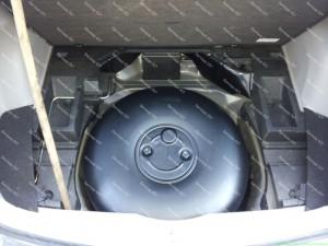 70 litrų vietoje atsarginio rato dujų balionas Subaru Forester automobilyje;
