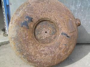 Supuvęs dujų balionas kuris buvo sumontuotas automobilio dugne, išorėje;