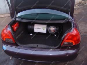 Cilindrinis dujų balionas Ford Mondeo automobilio bagažinėje;