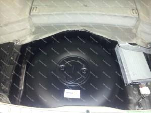 Tvarkingai sudėtas ir nuvalytas dujų balionas vietoje atsarginio rato Servise 007