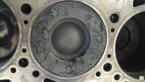 Sugadintas variklis ir stumoklis į jo vidų patekus pakaitinimo žvakės dalelei